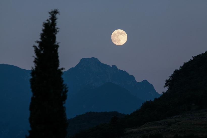 moon-182145_1920