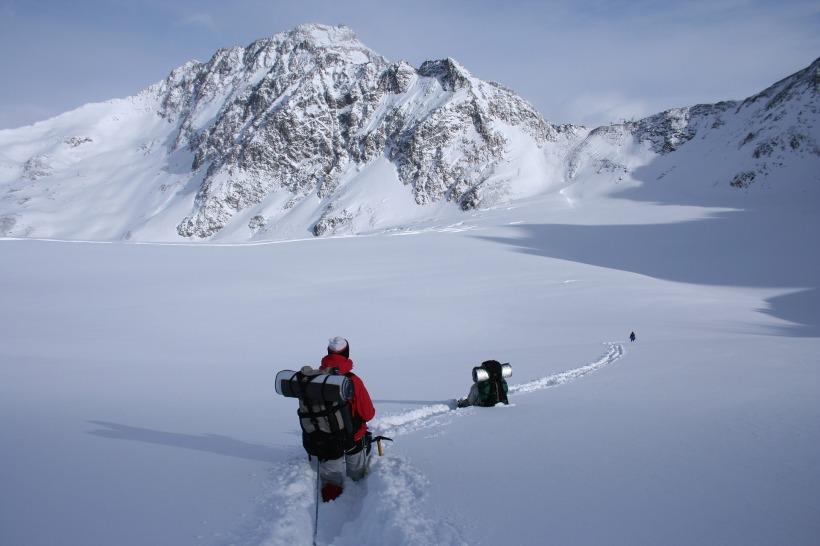 winter-hike-1796562_1920