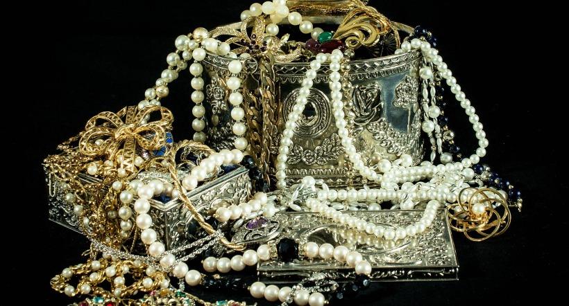 jewels-396441_1920.jpg